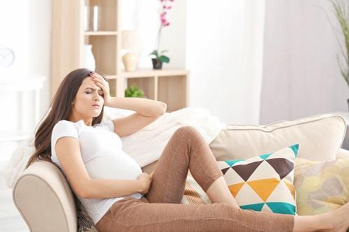 rahim ağrısı çeken bir hamile