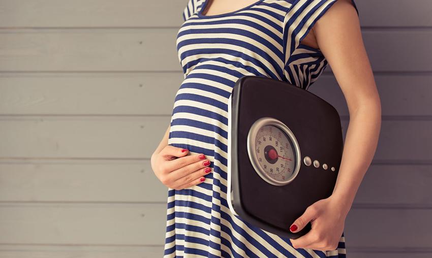 elinde tartı olan bir hamile
