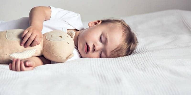 yatağında uyuyan bir bebek