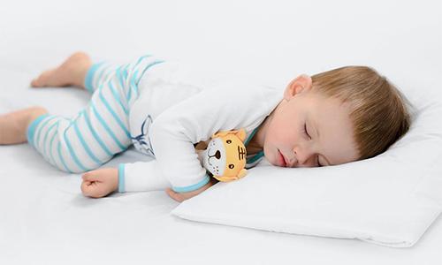 yüzüstü uyuyan bebek