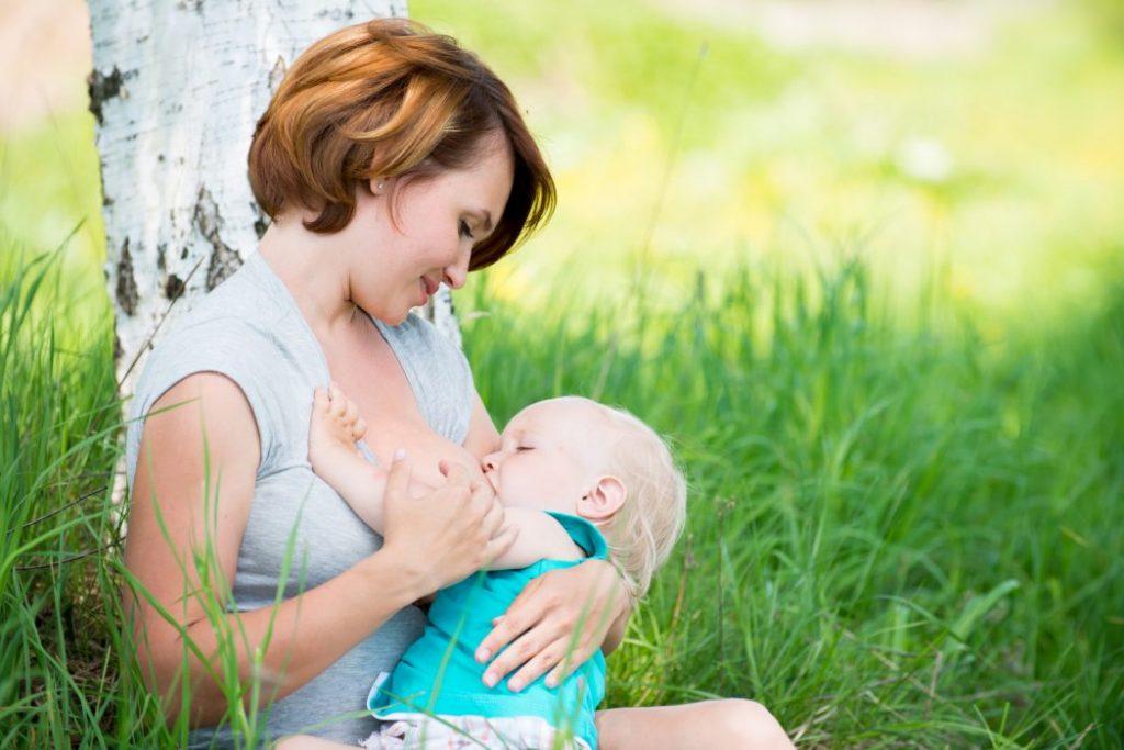 anne sütüyle beslenen bebek