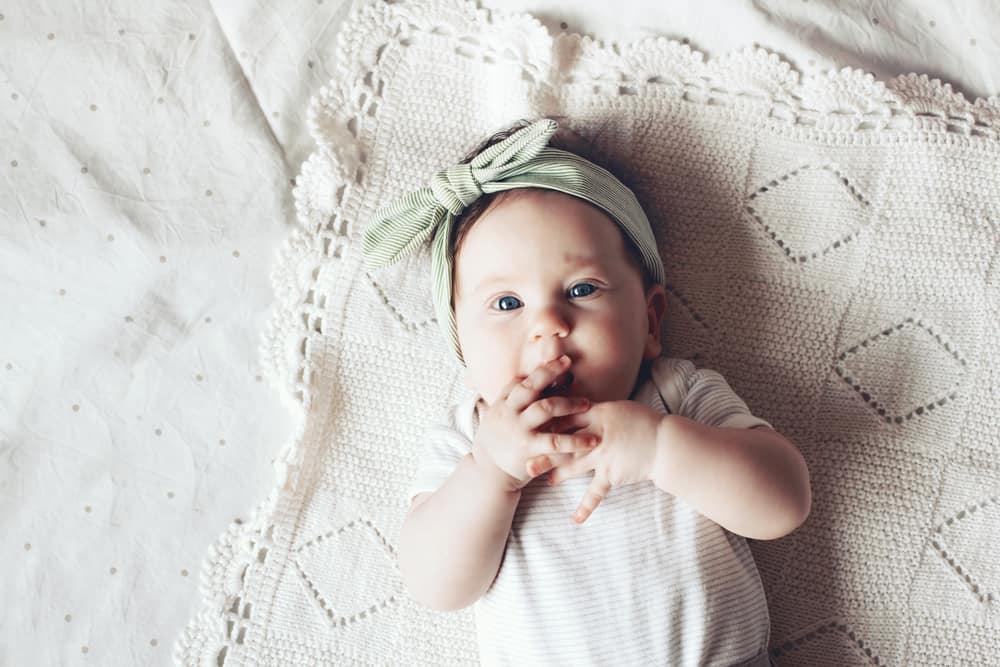 4 aylık bebek uzanıyor