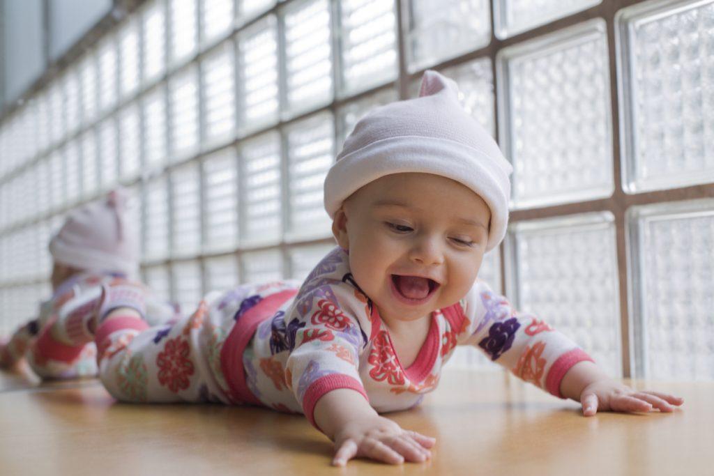 gülümseyen 4 aylık bebek