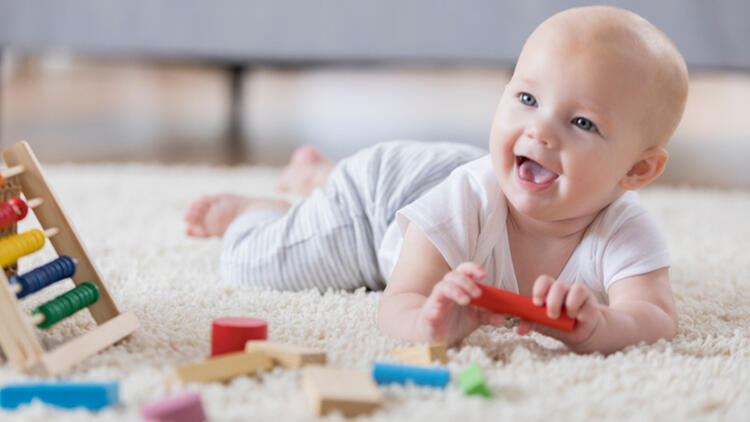 oyuncaklarıyla oynayan bebek