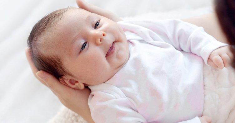 annesini dinleyen 2 aylık bebek