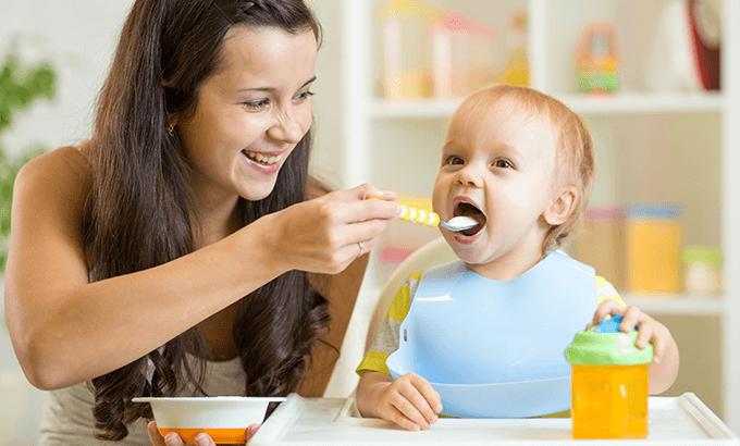 katı mamayla beslenen bebek