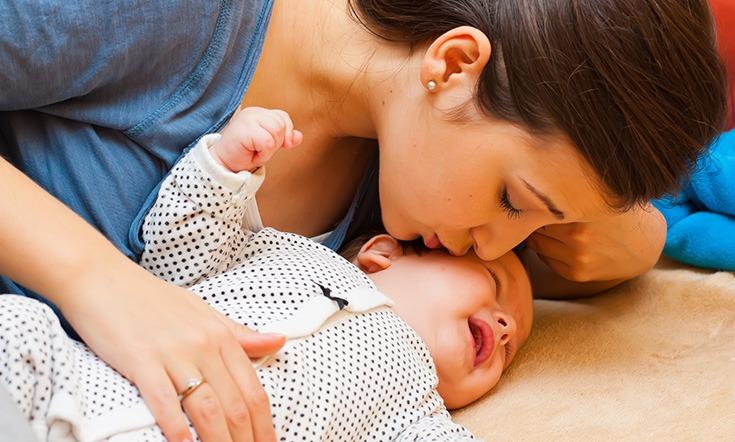 bebeğini uyutmaya çalışan anne