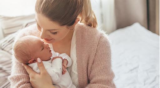 annesi bir aylık bebeğiyle konuşuyor