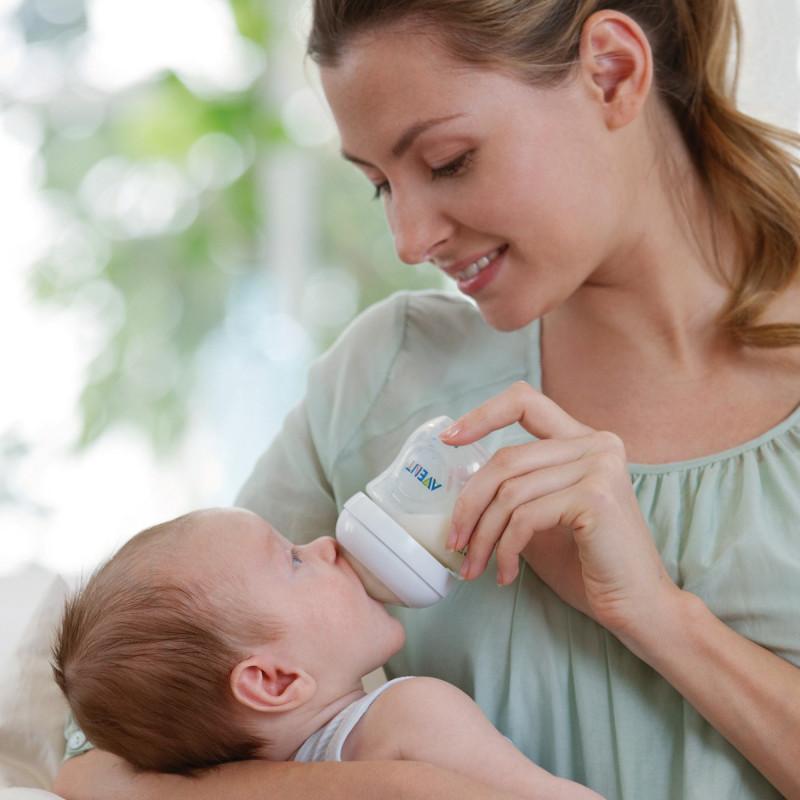 biberon ile beslenen bebek