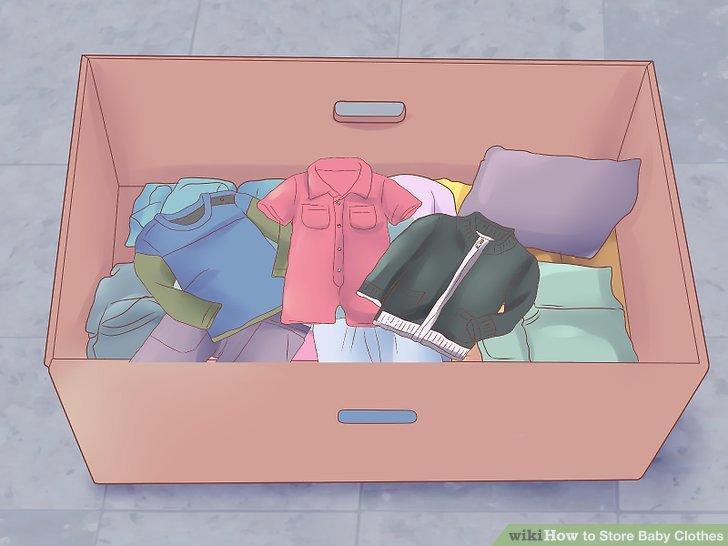 Bebek kıyafetlerini bir karton kutuda saklayın.