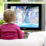 Çocuğunuzun dikkatini dağıtmak ve dinlenmek için ona televizyon izlettiriyor musunuz?