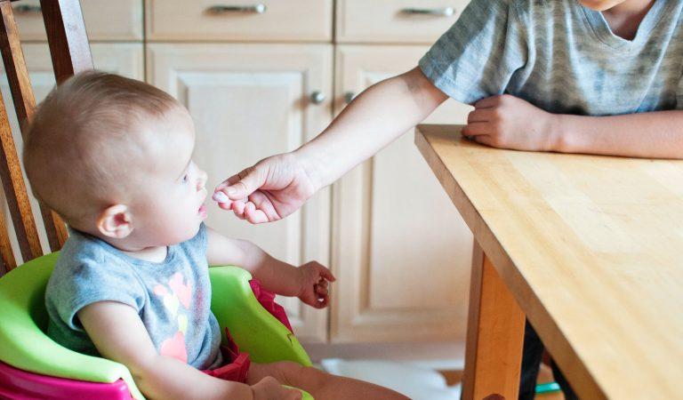 Bebeklerin İlk Gıdaları: Yapmanız ve Yapmamanız Gerekenler