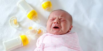 süt alerjisi ağlayan çocuk