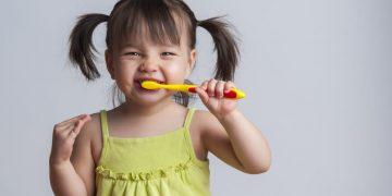 dişini fırçalayan küçük kız çocuğu