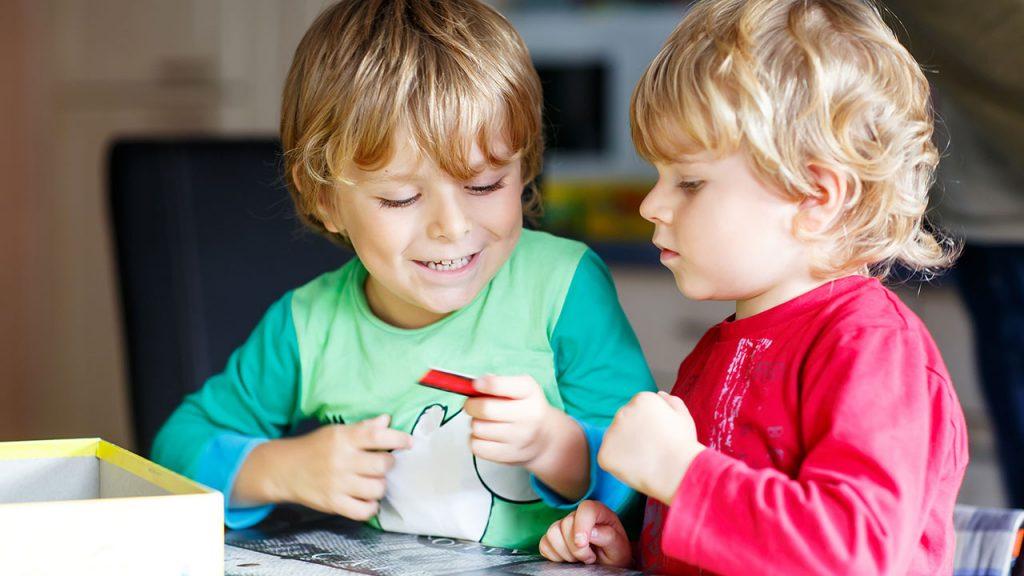 ellerindeki bir oyuncağı inceleyin iki erkek çocuk