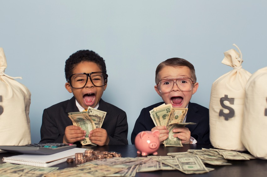 önlerinde bir sürü para olduğu için mutluluktan çıldıran iki erkek çocuk