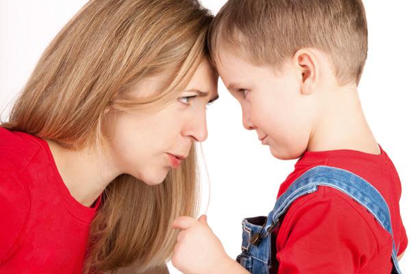 bir çocuk ve bir anne kafa tokuşturup biribirine bakıyor