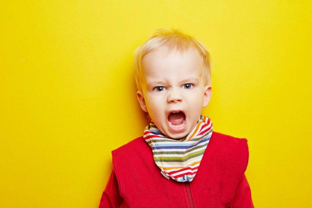 bağıran bir erkek bebek
