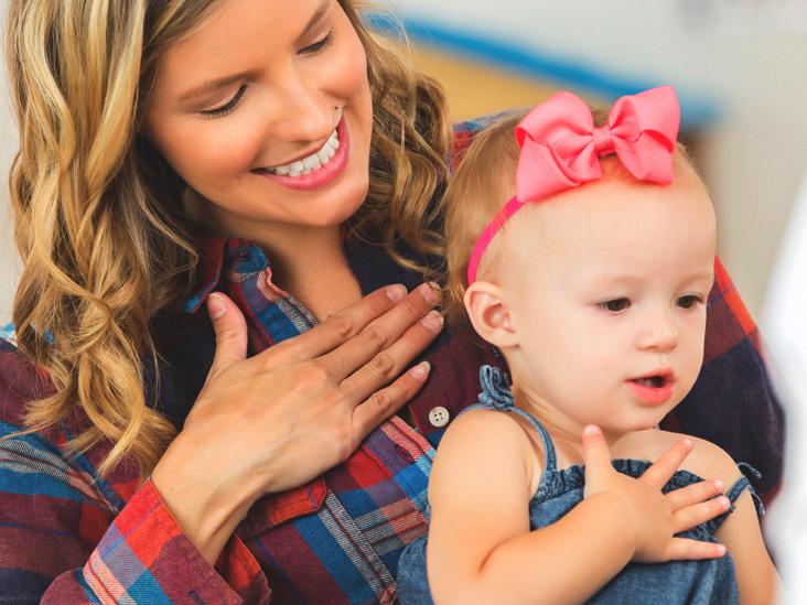 ellerini kalplerine koymuş anne ve küçük kızı