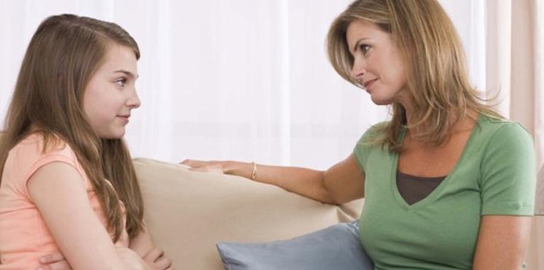 genç kız annesiyle sohbet ediyor