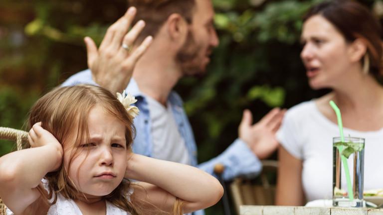 annesiyle babasının tartışmasını duymamak için kulaklarını kapatmış küçük bir kız