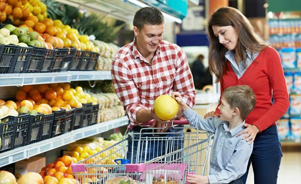 anne ve baba alınacak meyveyi oğullarının seçmesine izin veriyor