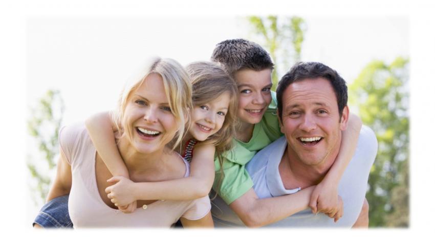 Anne, baba ve iki çocuklarından oluşan güler yüzlü bir aile fotoğrafı